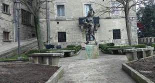 statua vittime bombardamento