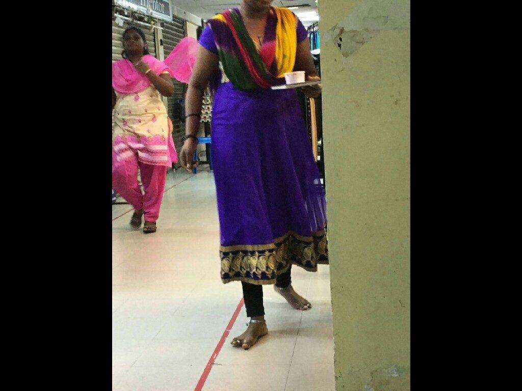 Le donne indiane indossano cavigliere con sonagli e anelli ai piedi