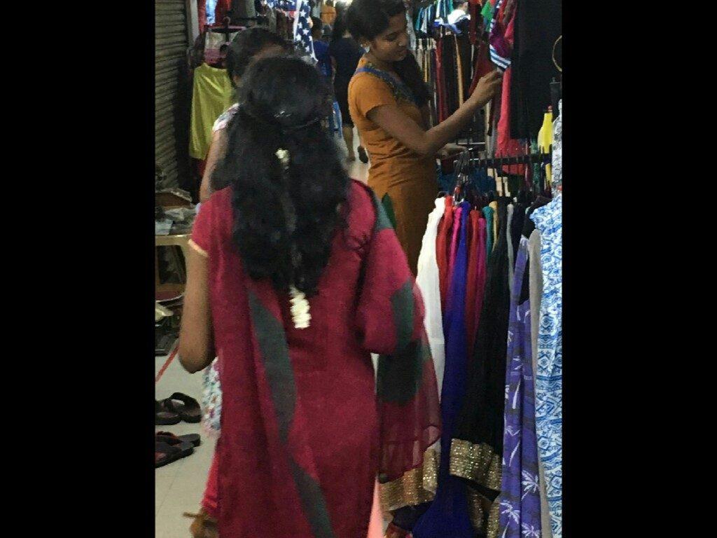 La donna indiana porta i capelli sciolti solo prima del matrimonio, dopo solo legati in segno di obbedienza