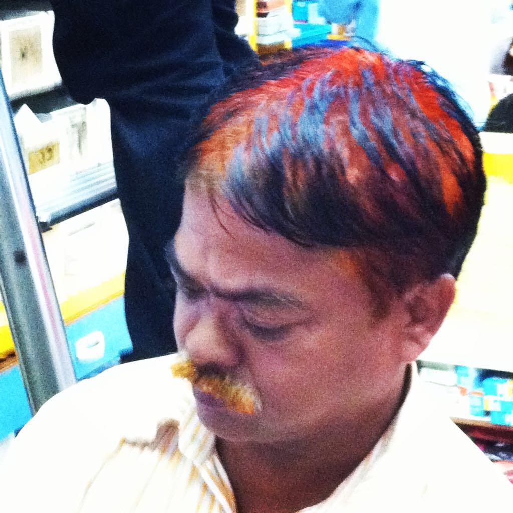Baffi e capelli tinti grazie all'hennè