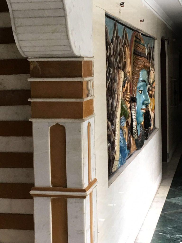 Tributo in ceramica a Shiva riprodotto sulla facciata di un condominio