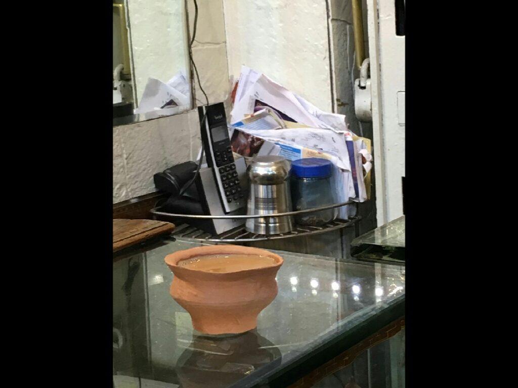 tè chai indiano, servito in una tazza di fango, una volta usata viene gettata in strada e torna al suo stato originario